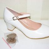 Женские белые туфли на небольшом устойчивом каблуке с ремешком