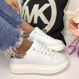 Женские белые кроссовки с пяточкой