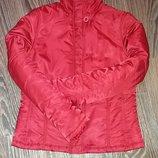 Куртка красивого красного цвета, ветровка