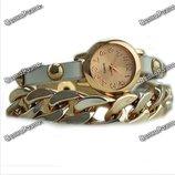 Женские наручные часы с декоративной цепочкой белого цвета