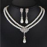 Набор ожерелье бусы и серьги-гвоздики под жемчуг украшенно камнями