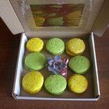 Святкова упаковка - Макаруни з рослиною-подарунком