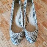 туфли в змеиный принт на среднем каблуке