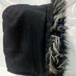 Капюшон на флисовой подкладка для куртки, с опушкой черно-седоватого оттенка.