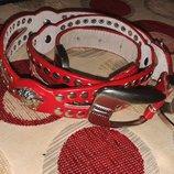 Кожаный красный пояс с металлическими украшениями