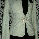 Женский пиджак, украшен вышивкой.