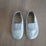 Белые кожаные чешки.