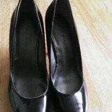 Красиві лакові туфлі