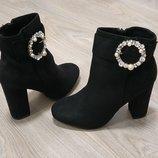 Женские ботинки на устройством каблуке пряжки стразики