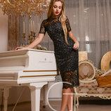 Элегантное кружевное черное платье-футляр.