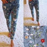 Женские стильные джинсы бойфренд с вышивкой 4668.