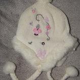 Вязанная белая шапка Next закрывающая ушки. На девочку 3-6 лет.