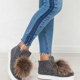 Демисезонные и зимние женские слипоны / ботинки из валяной шерсти с меховыми помпонами енота