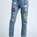Бронь Boohoo джинсы с яркими нашивками . Бойфренд - mom высокая талия