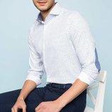 белая мужская рубашка De Facto в мелкий горошек и с голубыми вставками на локтях