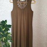 Симпатичное платье с кружевной отделкой на спинке