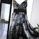 Шикарное черное платье с красивым принтом и атласным блеском