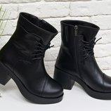 Ботинки на шнурках в черной коже на устойчивом, не высоком каблуке черного цвета