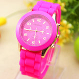 Женские часы Geneva с силиконовым ремешком малинового цвета
