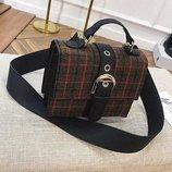 Удобная женская сумка небольшого размера с оригинальной фактурой.
