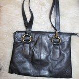 Стильная сумка бренда Gigi, натуральная кожа Внутри 1 большое отделение, 1 карман на молнии и 1