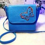 Небольшая сумка через плечо,голубая с принтом. Распродажа.