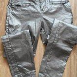 Стильные модные зауженые к низу брюки с напылением,л