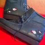 Ультрамодные кожаные деми ботинки на меху на танкетке с аппликацией розы и машинки