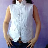 Очень классная жилетка на легкой подкладку 38 размера белоснежная