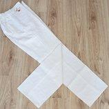 Рабочие белые джинсы с поясом резинкой и накладными карманами для удобства.