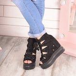 Женские чёрные ботинки на платформе танкетке на шнуровке