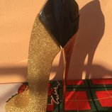 Подарок духи туфелька есть в наличии Carolina Herrera.
