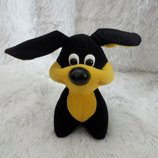 Симпатичная мягкая черно-желтая собака.