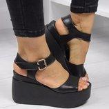 Черные кожаные босоножки на платформе