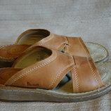 Очень мягкие фирменные кожаные шлепанцы коньячного цвета Dr Martens 42