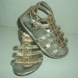 Модные золотистые сандалики