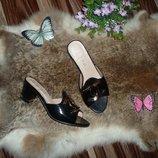 Черные ,лаковые шлепки-босоножки на невысоком каблуке 24.5 см