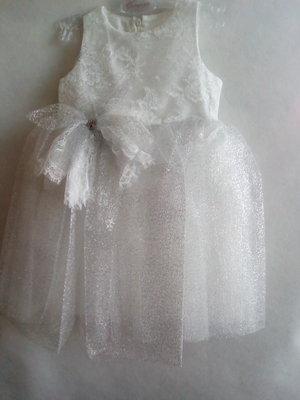 Самый актуальный вариант платья -белое с серебром от бренда Coupette. с бантом и стразами.