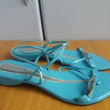 Красивые сандалии цвета бирюза