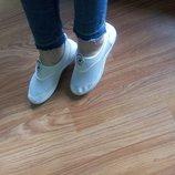 Стильные летние кроссовки белые
