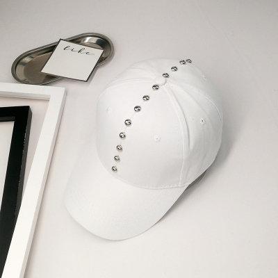 Женская кепка с заклепками белая