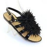 Классные женские босоножки черные с пушистым цветком на низком ходу Турция