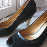 Туфли с открытым носом и золотистым каблуком Carvela