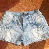 Короткие голубые джинсовые шортики