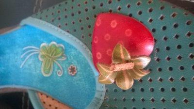 Голубые сандалии с клубникой
