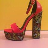 Красные босоножки на толстом разноцветном каблуке