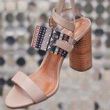 Стильные кожаные босоножки на широком каблуке Скидка