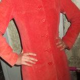 Вельветовое длинное пальто персикового цвета