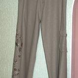 Брюки женские летние на бёдра 110 см,б/у,красивая вышивка,серо-фисташковый цвет