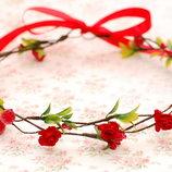 Красный венок веночек из лозы, роз и зелени